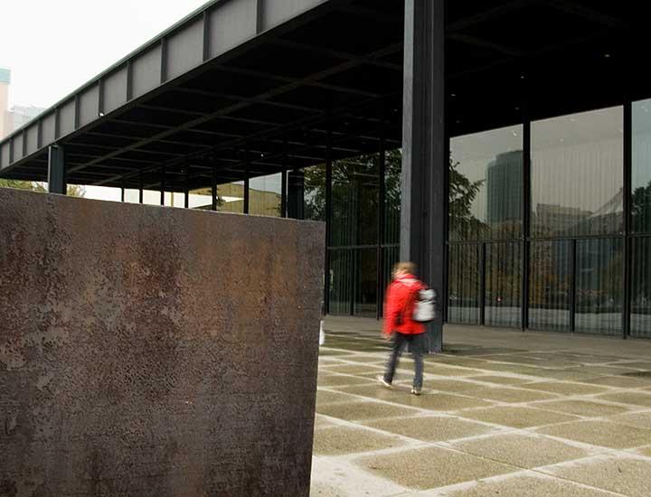Besucher vor Neuer Nationalgalerie